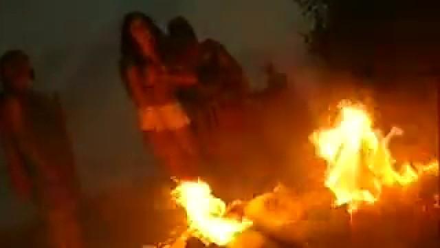 Escena de la ejecución sobre el lecho de brasas ardiendo.