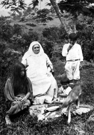 Fotografía de la Santa junto a los indígenas katíos, a los que ella evangelizaba.