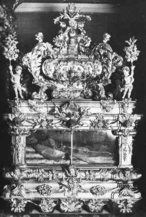 Vista de la urna barroca con el cuerpo incorrupto del Santo, tal cual se conservaba en su santuario de Vila-Real (Valencia, España) antes de su destrucción en 1936.