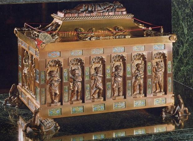 Urna que contiene los restos de San Pelayo. Monasterio de benedictinas de Oviedo (España).