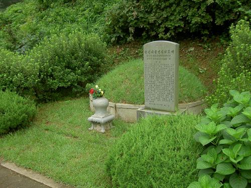 Sepulcro de un sacerdote mártir. Montaña de Naju, Corea del Sur.