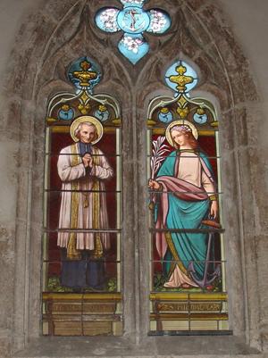 Vidriera de Santa Filomena y San Jean-Marie Vianney en la iglesia de Chatillon-sur-Chalaronne, Ain (Francia).