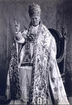 Fotografía del Santo con los ornamentos pontificales.