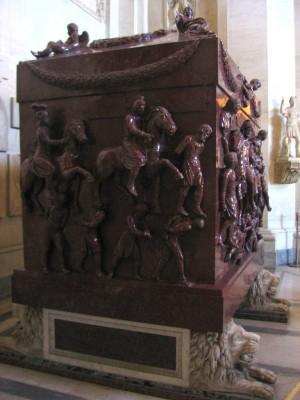 Vista lateral del sarcófago de la Santa. Museos Vaticanos, Roma (Italia).