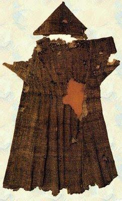 Restos del hábito del Santo, expuestos en su Basílica de Asís, Italia.