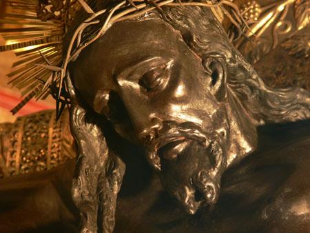 Acercamiento al rostro del Cristo Negro, nótese la vitalidad de la talla. APELGJ: Fondo Santos y Papas, Sección: Devociones, expo. 16.