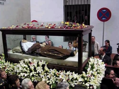 Las reliquias de la Santa procesionando por las calles de Sevilla.