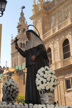 Imagen de la Santa procesionando por Sevilla.