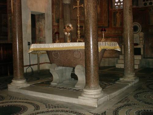 Vista del altar mayor del templo. En él se conservan las reliquias de los Santos Coronado, Hilario y Cirila, mártires.