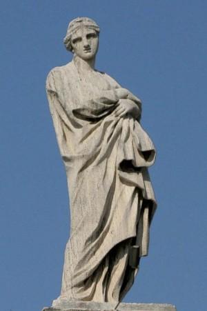 Detalle de la escultura de la Santa en la columnata de la plaza de San Pedro del Vaticano, Roma (Italia).