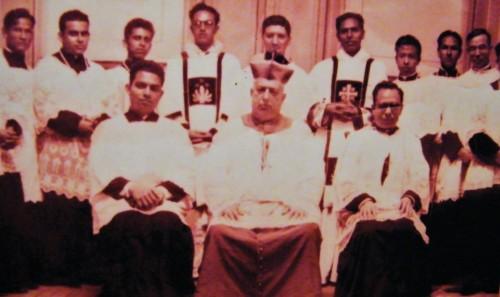 San Rafael Guízar fotografiado entre seminaristas.