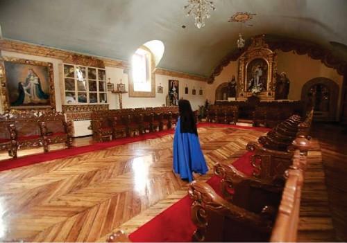 Coro de las religiosas. La imagen de Nuestra Señora del Buen Suceso preside desde la sede abacial. Un óleo representando la aparición se encuentra visiblemente en uno de los muros.