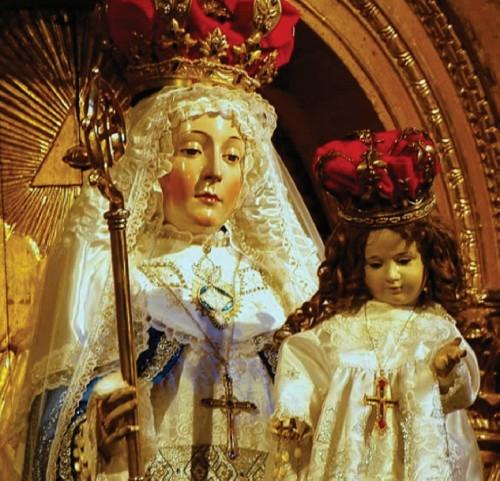 Imagen de Nuestra Señora del Buen Suceso tal como se venera en la actualidad. El niño no es el original que fue esculpido con la estatua de la Virgen.
