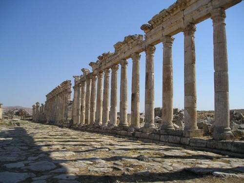 Vista de las ruinas romanas de Apamea (Siria), patria natal de San Antonino, mártir.