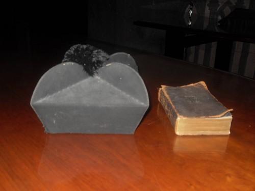 Vista del bonete y el breviario usados por el Santo durante su ministerio sacerdotal.
