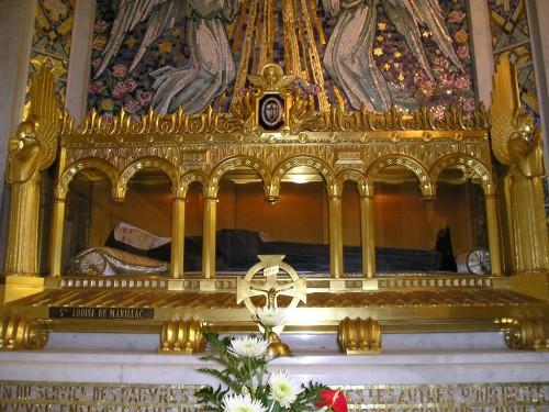 Vista de la urna con la figura de cera que guarda sus reliquias. Casa Madre de las Hijas de la Caridad, París (Francia).
