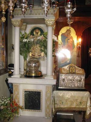 Vista del relicario con el cráneo del Santo y otra urna con reliquias. Monasterio de Egina, Grecia.