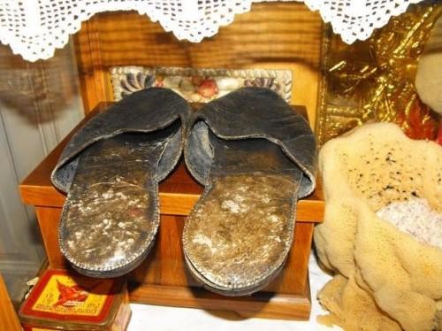 Vista de las sandalias usadas por el Santo, que se veneran en Egina (Grecia).