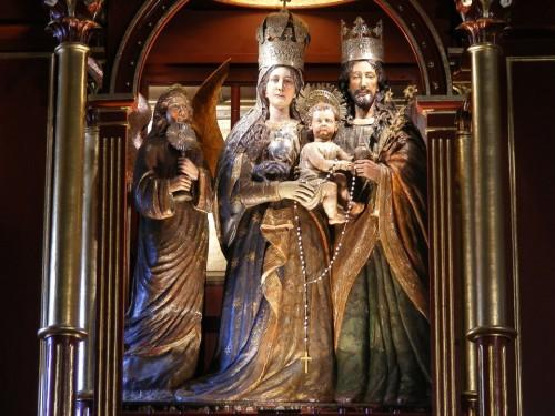 Vista del conjunto escultórico de la Virgen de la Peña, San josé, el Niño y un ángel. Santuario de Nuestra Señora de la Peña, Bogotá (Colombia).