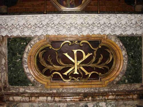 Vista del sepulcro de las Santas Digna y Emérita, en el altar de la capilla Mutti. Iglesia de San Marcello al Corso, Roma (Italia). Fotografía: Montserrat Báez.