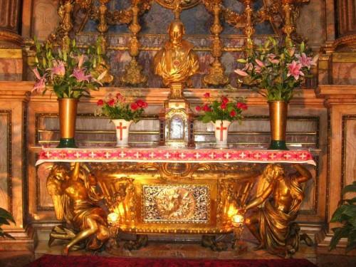 Vista del sepulcro del Santo. Iglesia de Santa María Magdalena, Roma (Italia).