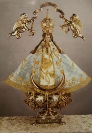 Vista completa de la imagen de Nuestra Señora de San Juan de los Lagos, vestida y restaurada.