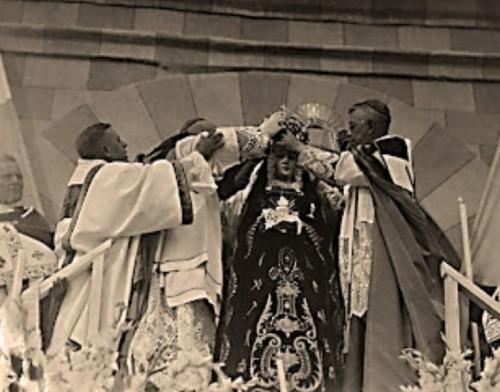 Momento en que el Siervo de Dios Mons. Luís Maria Martínez, Arzobispo Primado de México, y Mons. Antonio Guízar, Obispo de Chihuahua, coronan a la Virgen con autoridad y en nombre de Su Santidad Pío XII.(Cortesíade Ángel Rodríguez).