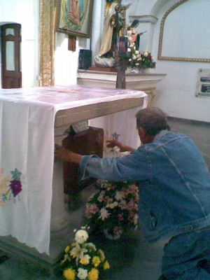 Fiel venerando las reliquias del beato Elías del Socorro, en la parroquia de Cañada de Caracheo.