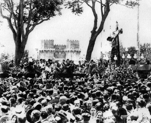 Fotografía del Cristo de la Fe en procesión frente a las Torres de Serranos. Fuente: Mundo Gráfico, 1930-32. Valencia, España.