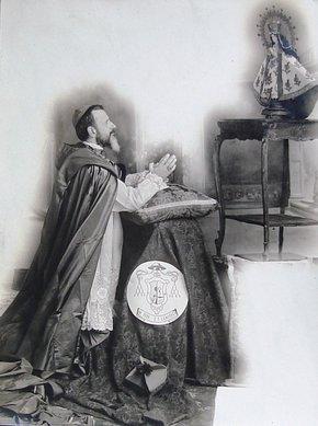 Fotografía del Siervo de Dios en su tiempo de exilio -con la barba crecida- mostrando su devoción a la Virgen.