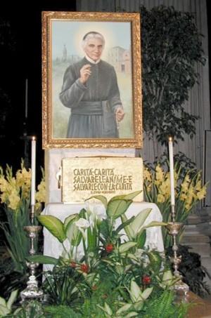 Urna con los restos del Santo expuesta a veneración bajo un lienzo suyo. Catedral de Udine, Italia.