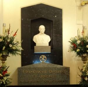 Vista del sepulcro del Siervo de Dios, con su busto-retrato en la parte superior.