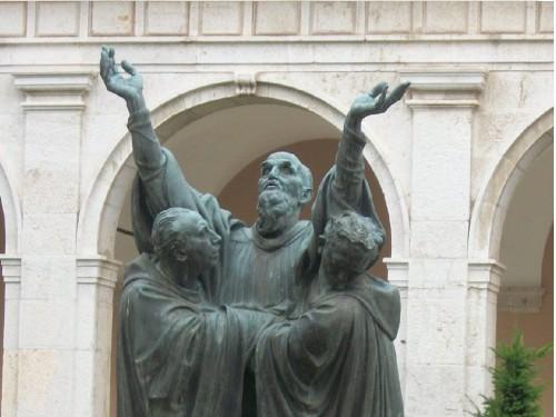 El tránsito de San Benito, grupo escultórico en el claustro de la Abadía de Montecasino.
