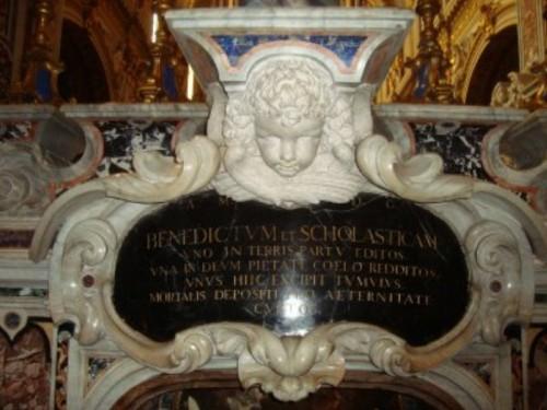 Sepulcro barroco de San Benito y Santa Escolástica, en la parte posterior del altar de la Basilica de Montecasino.