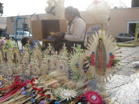 Diversas figuras que hacen los artesanos mexicanos para el Domingo de Ramos.
