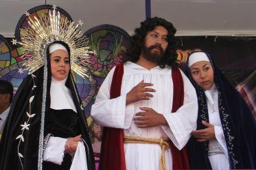 Jóvenes participantes del Vía Crucis de Iztapalapa en los papeles de la Virgen, Jesús y la Magdalena.