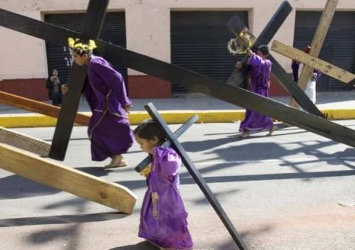 """Niños """"apóstoles"""" en cumplimiento de una promesa hecha al Señor de la Cuevita por los favores recibidos."""
