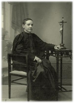 Fotografía del Beato en su juventud, recién ordenado de sacerdote.