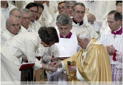 Su Santidad Benedicto XVI da la comunión en la mano a doña Sofía de Grecia, reina de España. Fuente: informativos.net.