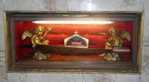 """Vista de la urna con huesos del Beato y el """"falcastro"""" que empleó para asesinar a San Pedro de Verona."""