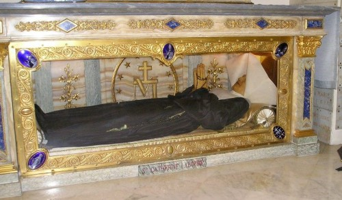Vista de la urna que contiene el cuerpo incorrupto de la Santa, con cubierta de cera. Capilla de Nuestra Señora de la Medalla Milagrosa, París (Francia).