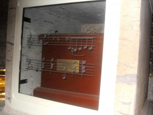 Sepulcro del Beato Ezequiel Huerta. Destaca la decoración de pentagrama, símbolo de su habilidad para el canto.