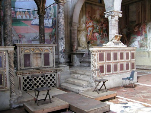 Vista del sepulcro de los mártires Domitila, Nereo y Aquiles, tras la rejilla bajo el altar mayor. Basílica de los Santos Nereo y Aquiles, Roma (Italia).
