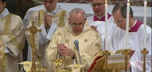 El papa Francisco consagrando el pan durante la Eucaristía.