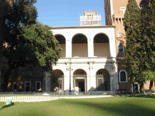 Vista de la fachada principal de la Basílica de San Marco al Campidoglio, Roma (Italia).