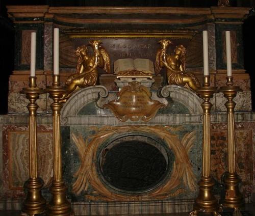 Vista del altar mayor de la Basílica, donde está el sepulcro de los Santos Marcos, Abdón, Senén y Restituto. Basílica de San Marco al Campidoglio, Roma (Italia).