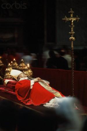 Vista del cuerpo del Venerable durante su funeral en el Vaticano (1978). Fotografía: David Lees. Fuente: Corbis Images.