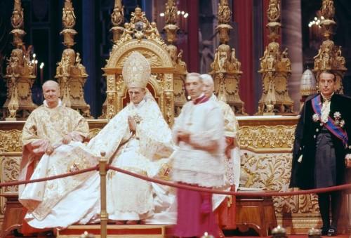 Vista del Venerable en el trono pontificio, fotografiado durante el Concilio Vaticano II.