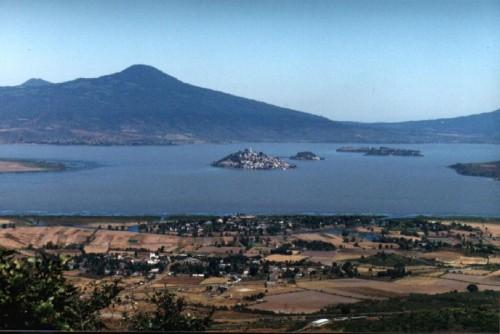 Vista del lago de Pátzcuaro con la isla de Janitzio al centro, lugar de la noche de muertos.