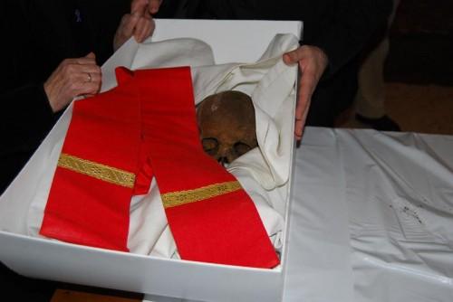 Vista de las reliquias del Beato, tras su exhumación y reconocimiento.